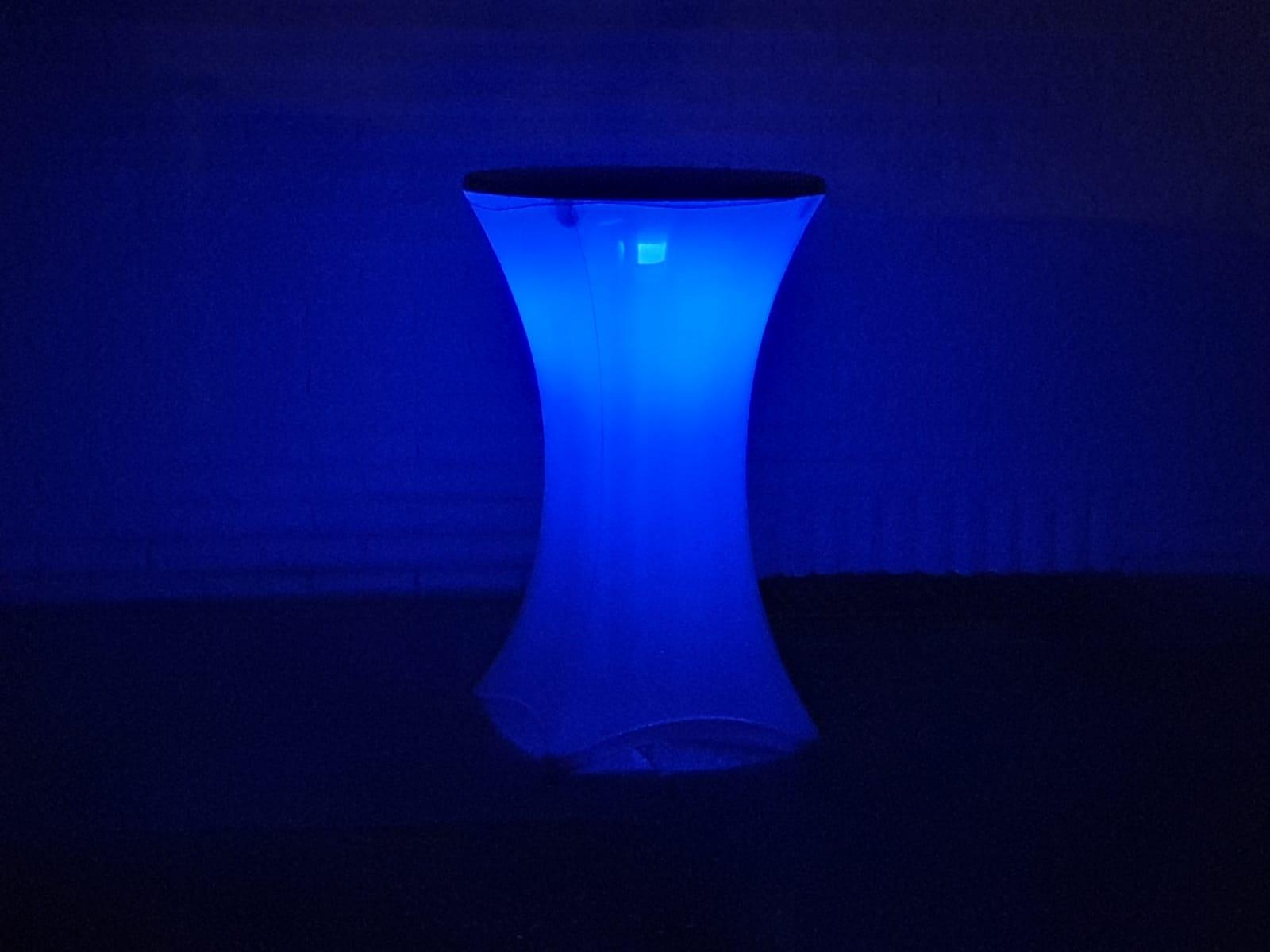 Stehtisch mit weißer Stretch-Husse und RGB LED Licht