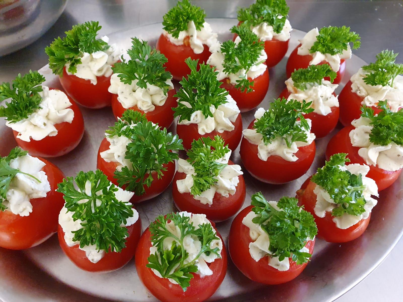 Gefüllte Tomate mit Kräuter-Frischkäse